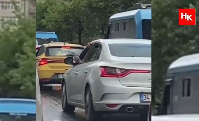 Trafikte pes dedirten anlar! Ayağını camdan çıkararak otomobil kullandı